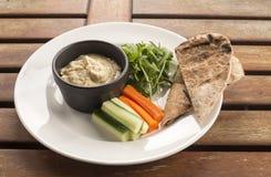 Hummus u. crudités Stockbild