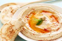 Hummus upadu cytryna na drewnianym stole i talerz Obraz Stock