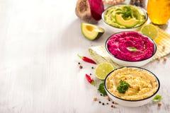 Hummus Veggie, различное hummus погружений, закуски vegan, бураков и авокадоа, вегетарианец есть, космос экземпляра стоковое фото rf