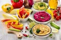 Hummus Veggie, различное hummus погружений, закуски vegan, бураков и авокадоа, вегетарианец есть, космос экземпляра стоковые фото