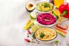 Hummus Veggies, различное hummus погружений, закуски vegan, бураков и авокадоа, еда вегетарианца стоковое изображение rf