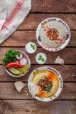 Hummus y babaganoush hechos en casa, endecha plana de la visión superior foto de archivo