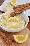 Hummus y barras de pan Foto de archivo libre de regalías