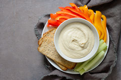 Hummus y verduras en una placa Imagenes de archivo