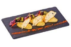 Hummus z smażyć chlebowymi oliwek zieleniami z pikantność Obraz Royalty Free