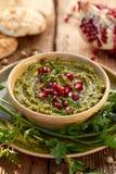 hummus Ziołowy hummus z dodatkiem granatowów ziaren, pietruszki, oliwa z oliwek i aromatycznych pikantność w ceramicznym garnku n zdjęcie royalty free