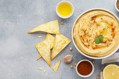 Hummuskom met tortillaspaanders die wordt gediend Het voedsel van het Middenoosten royalty-vrije stock foto's