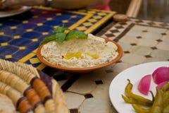 Hummusonderdompeling als voorgerecht wordt gediend dat Stock Fotografie