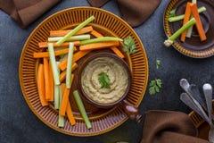 Hummusonderdompeling met groenten royalty-vrije stock fotografie