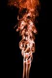 Humo abstracto del color en el fondo negro, backgroun anaranjado del humo Imagen de archivo