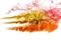 Humo anaranjado rojo del extracto en el fondo blanco fotografía de archivo libre de regalías
