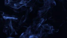 Humo azul de la turbulencia en un fondo negro almacen de video