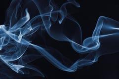 Humo azul en fondo negro fotografía de archivo libre de regalías