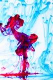 Humo azul y rojo en el agua 2 Foto de archivo libre de regalías
