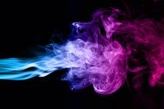 humo azul y rosado en un fondo oscuro fotos de archivo