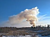 Humo billowing de un fuego controlado en un vertedero en invierno en Minnesota fotografía de archivo libre de regalías