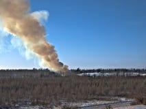 Humo billowing de un fuego controlado en un vertedero en invierno en Minnesota imagen de archivo