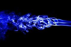 humo blanco abstracto en el fondo negro, fondo del humo, azul Imagen de archivo libre de regalías
