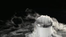 Humo blanco abstracto en vidrio el efecto del hielo seco sobre fondo oscuro almacen de metraje de vídeo