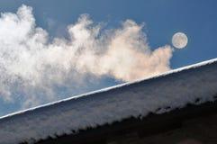 Humo blanco de la chimenea Fotografía de archivo libre de regalías