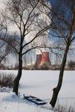 Humo blanco de las torres de enfriamiento contra el cielo azul Imagen de archivo
