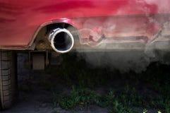Humo blanco del tubo de escape del coche Imagenes de archivo