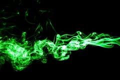 Humo coloreado del verde en un fondo negro Fotos de archivo libres de regalías