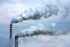 Humo contaminado de la refinería de petróleo imágenes de archivo libres de regalías