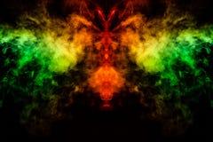 Humo de diversos colores verdes, amarillos, anaranjados y rojos bajo la forma de horror en la forma de la cabeza, de la cara y de libre illustration