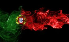 Humo de la bandera de Portugal en un fondo negro Imagenes de archivo