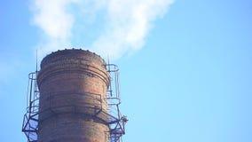 Humo de la chimenea de la fábrica metrajes