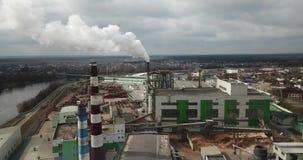 Humo de la chimenea de la fábrica, contaminación ambiental almacen de metraje de vídeo
