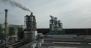 Humo de la chimenea de la f?brica Contaminaci?n ambiental metrajes