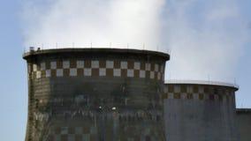 Humo de la chimenea de los tubos de la fábrica metrajes