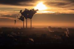 Humo de la fábrica, contaminando la atmósfera Zona industrial en la ciudad imágenes de archivo libres de regalías