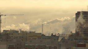 Humo de la fábrica que sube en el cielo expulsado metrajes