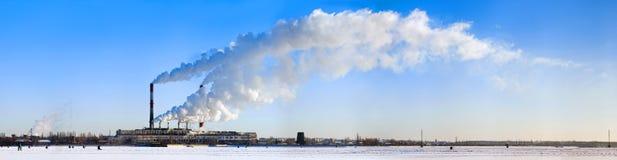 Humo de tubos en el cielo azul. Fotos de archivo libres de regalías