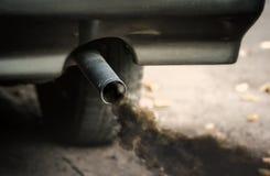 Humo del extractor del tubo del coche Fotos de archivo libres de regalías