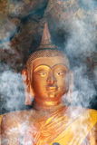 Humo del incienso para la adoración Buda Fotografía de archivo