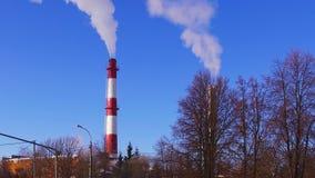humo del tubo de la fábrica almacen de metraje de vídeo