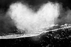 Humo en el agua Forma del corazón del humo Imagen de archivo