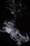 Humo en un fondo negro Modo de la mezcla de la pantalla Foto de archivo