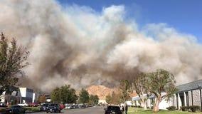 Humo grueso del fuego de Rye que quema al norte de Los Ángeles