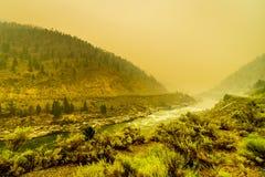 Humo grueso en Fraser Canyon en la provincia de la Columbia Británica, Canadá imagenes de archivo