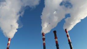 Humo industrial de la chimenea en el cielo azul metrajes