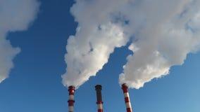 Humo industrial de la chimenea en el cielo azul almacen de metraje de vídeo
