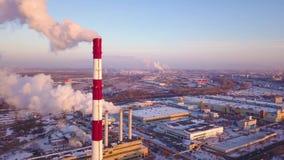 Humo industrial de las chimeneas Humo sucio en un cielo del fondo, problemas ecológicos Una chimenea industrial grande envía almacen de video