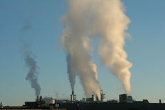 Humo industrial en DA asoleada Fotos de archivo libres de regalías