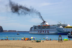 Humo negro que viene del embudo del transbordador Armas en Los Christianos en Tenerife como ella deja a puerto en ella el último  Imagen de archivo libre de regalías