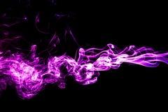Humo púrpura en un fondo negro Fotografía de archivo libre de regalías